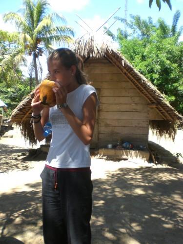 Kokossap drinken in Suriname