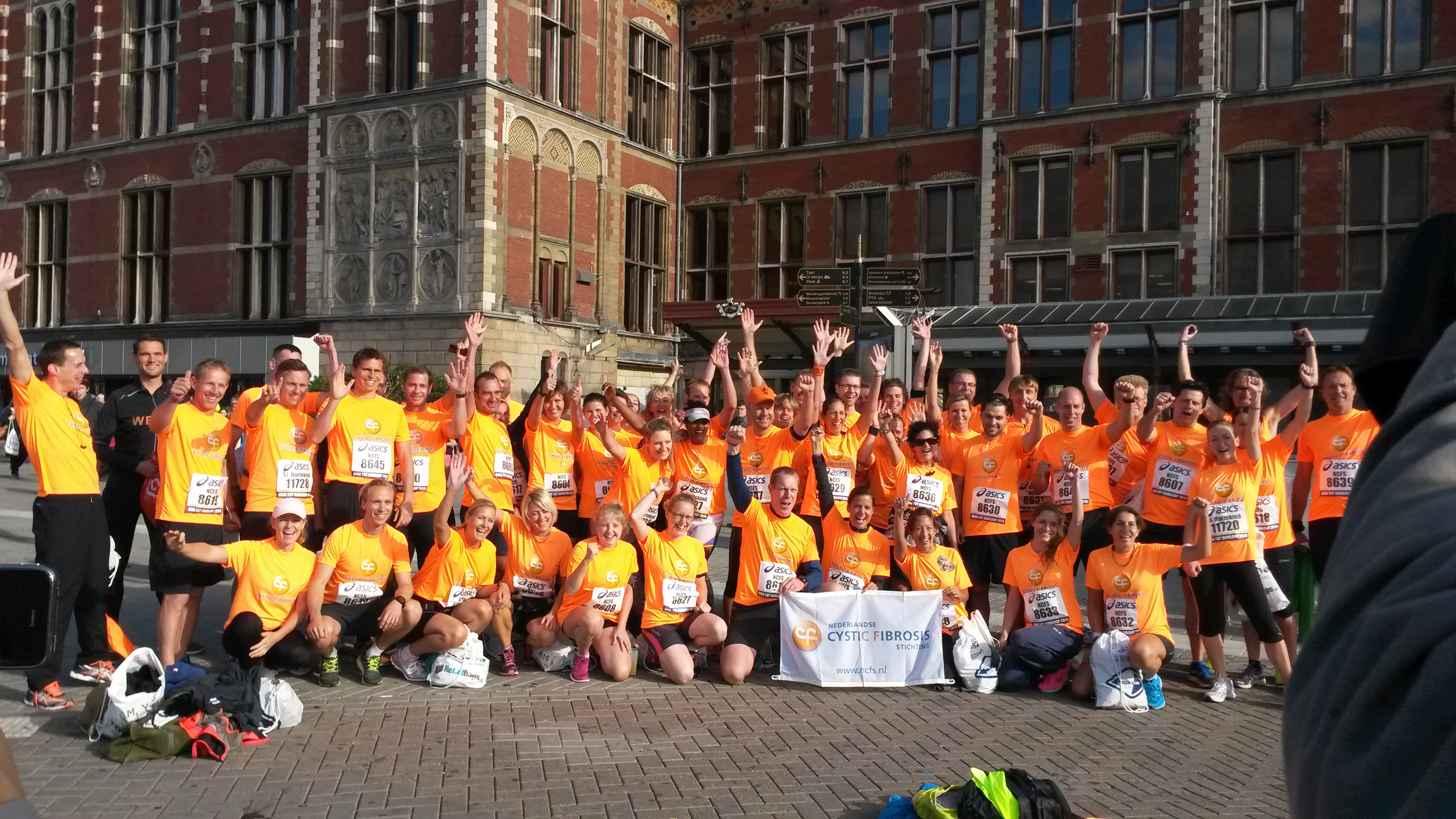 Alle Run4Air hardlopers bij elkaar vlak voor de start in Amsterdam