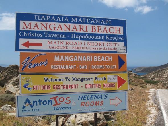 De bordjes van Manganari. Het maakt niet uit welke kant je opgaat, je komt vlakbij elkaar uit.