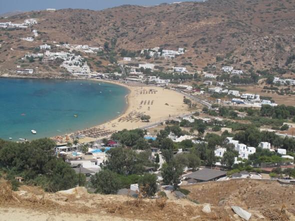 Uitzicht op Mylopotas, main beach van Ios