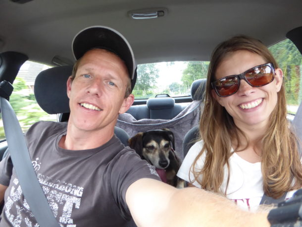 Met hond in auto