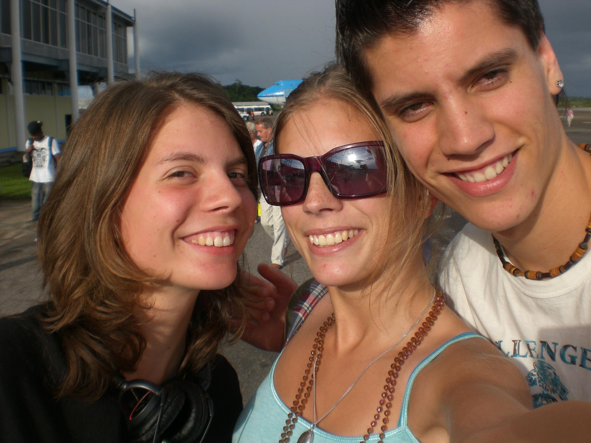 Zusje, ik, broertje op het vliegveld na aankomst Parimaribo