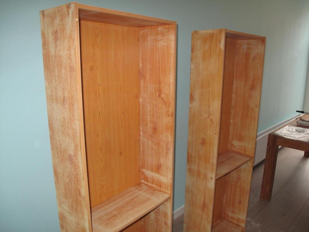 Geschuurde boekenkastjes, klaar voor hun nieuwe kleurtje