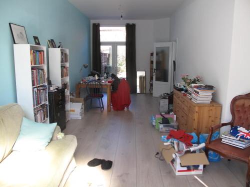 En de hele, rommelige, kamer. Het tv gebeuren staat rechts schuin achter me. Tsja, als het op een dag klaar is dan post ik wel eens een mooie foto per kamer, ofzo;)