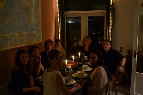 Iedereen aan tafel behalve broertje die de foto maakt