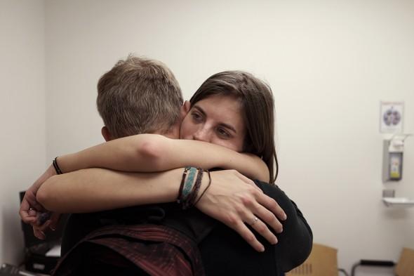 Patrick project Sarah Shane hug in ziekenhuis