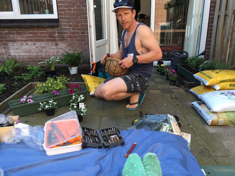 Shane bezig in tuin rozenprieel